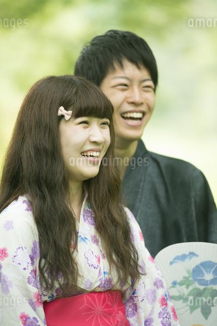 新緑の中で微笑む浴衣姿のカップルの写真素材 [FYI04552317]
