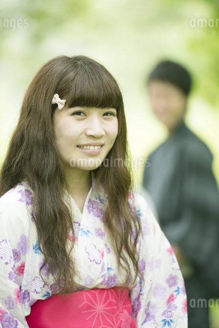 新緑の中で微笑む浴衣姿の女性の写真素材 [FYI04552359]