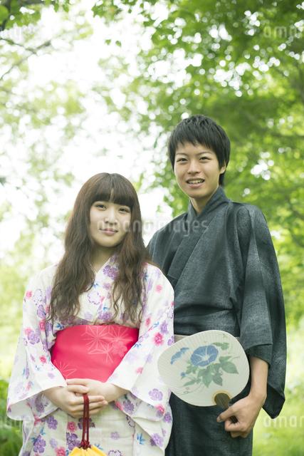 新緑の中で微笑む浴衣姿のカップルの写真素材 [FYI04552368]