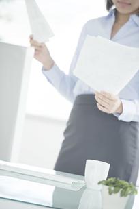オフィスで書類を持つビジネスウーマンの写真素材 [FYI04552377]
