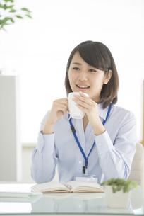 コーヒーを飲むビジネスウーマンの写真素材 [FYI04552429]
