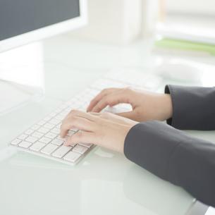 パソコン操作をするビジネスウーマンの手元の写真素材 [FYI04552461]