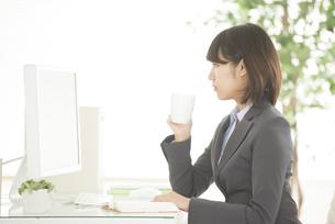 コーヒーを飲むビジネスウーマンの写真素材 [FYI04552490]