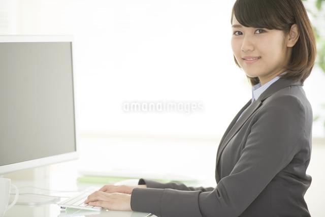 デスクワークをするビジネスウーマンの写真素材 [FYI04552496]