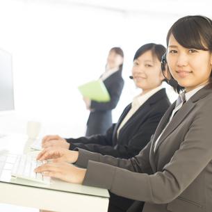 コールセンターで働くビジネスウーマンの写真素材 [FYI04552515]