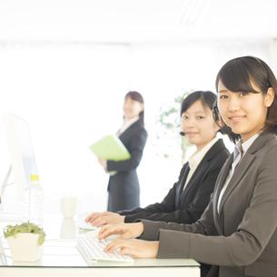 コールセンターで働くビジネスウーマンの写真素材 [FYI04552517]