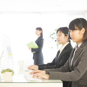 コールセンターで働くビジネスウーマンの写真素材 [FYI04552518]