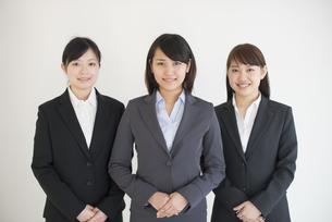 オフィスで微笑むビジネスウーマンの写真素材 [FYI04552522]