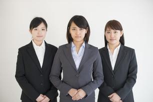 真剣な表情をするビジネスウーマンの写真素材 [FYI04552525]