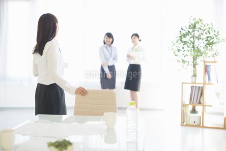 オフィスで談笑をするビジネスウーマンの写真素材 [FYI04552531]