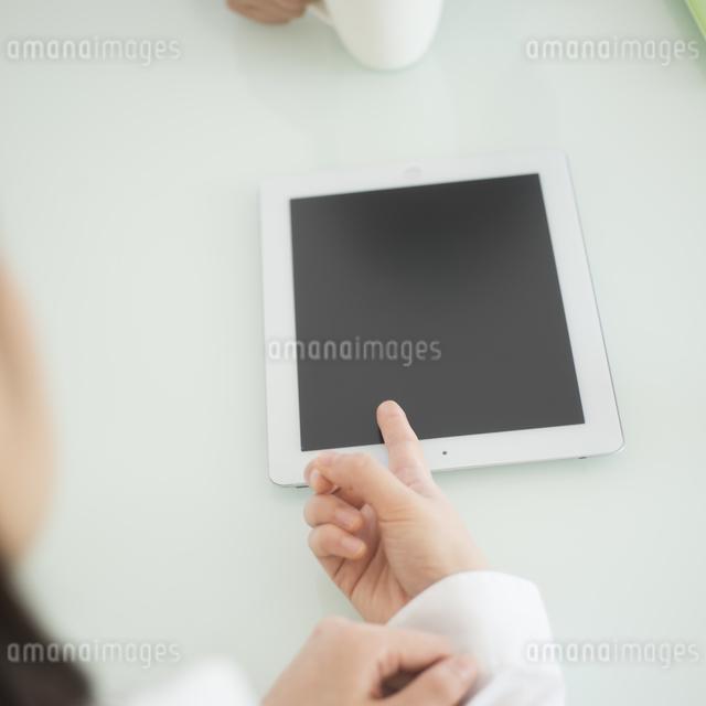 タブレットPCを指差す手元の写真素材 [FYI04552569]