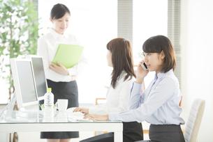 スマートフォンで電話をするビジネスウーマンの写真素材 [FYI04552604]