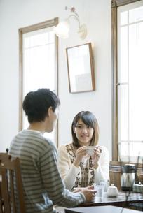 カフェでコーヒーを飲むカップルの写真素材 [FYI04552620]