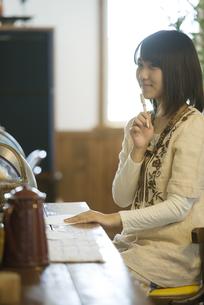 カフェで手紙を書く女性の写真素材 [FYI04552646]