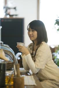 カフェでコーヒーを飲む女性の写真素材 [FYI04552647]