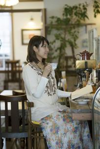 カフェでコーヒーを飲む女性の写真素材 [FYI04552657]