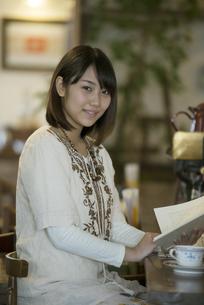 カフェで読書をする女性の写真素材 [FYI04552661]