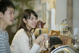 カフェでコーヒーを飲むカップルの写真素材 [FYI04552664]