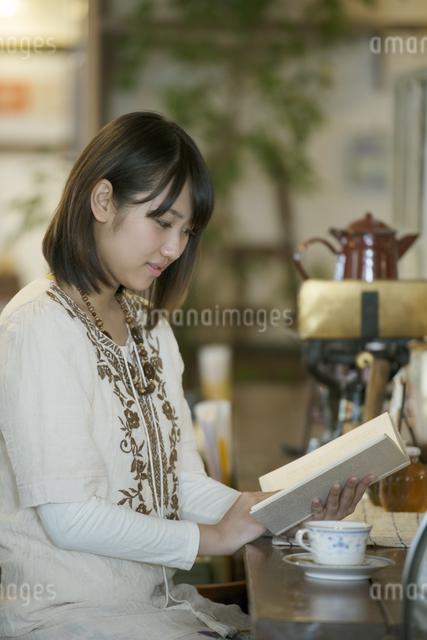 カフェで読書をする女性の写真素材 [FYI04552665]