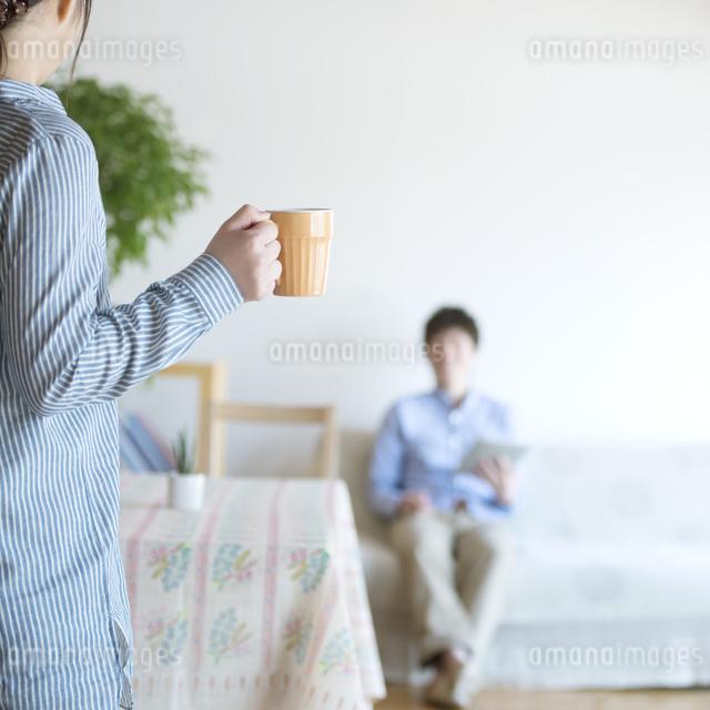 コーヒーを運ぶ女性の写真素材 [FYI04552700]