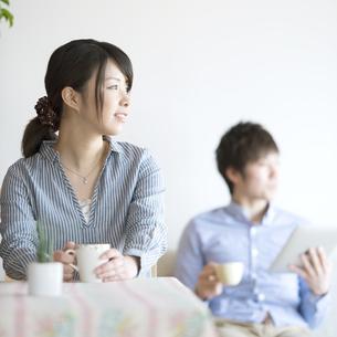 部屋でコーヒーを飲むカップルの写真素材 [FYI04552710]