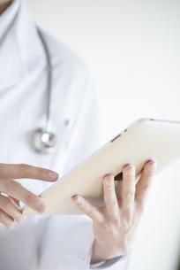 タブレットPCを持つ医者の手元の写真素材 [FYI04552729]