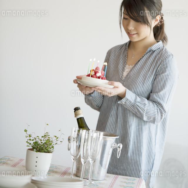 ケーキを運ぶ女性の写真素材 [FYI04552751]