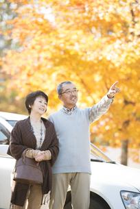 紅葉を眺めるシニア夫婦の写真素材 [FYI04552822]