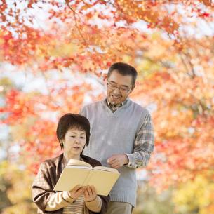 読書をするシニア夫婦の写真素材 [FYI04552885]