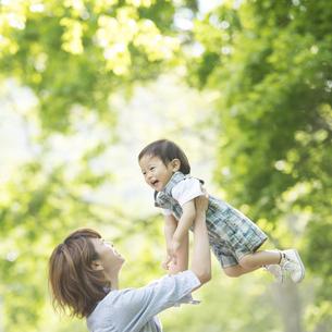 赤ちゃんをあやす母親の写真素材 [FYI04552960]