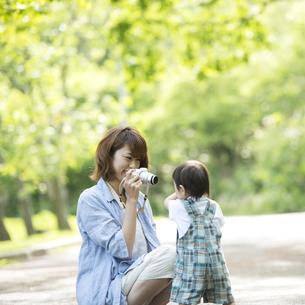 子供の写真を撮る母親の写真素材 [FYI04552961]