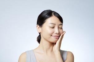 素肌が綺麗な若い日本人女性の写真素材 [FYI04552963]
