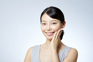 素肌が綺麗な若い日本人女性の写真素材 [FYI04552964]