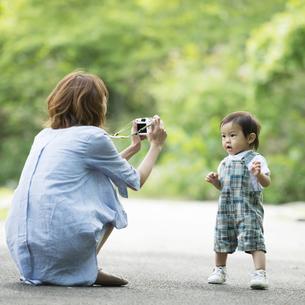 子供の写真を撮る母親の写真素材 [FYI04552967]