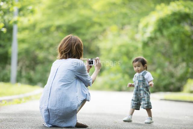子供の写真を撮る母親の写真素材 [FYI04552971]