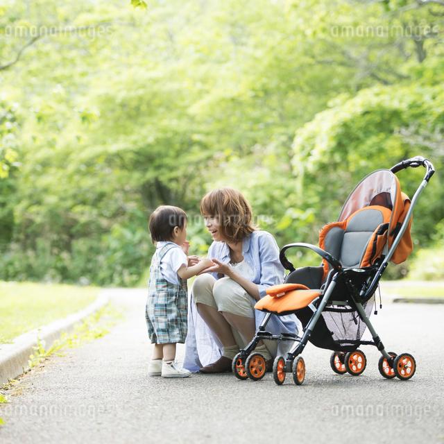 公園で子供と遊ぶ母親の写真素材 [FYI04552976]