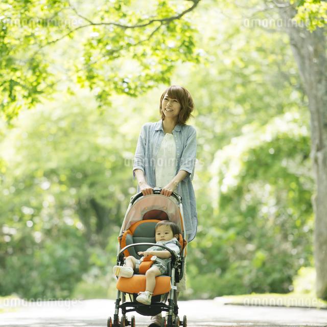 赤ちゃんの乗るベビーカーを押す母親の写真素材 [FYI04552977]