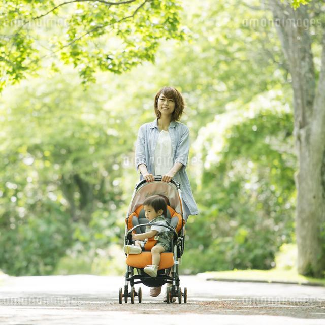 赤ちゃんの乗るベビーカーを押す母親の写真素材 [FYI04552980]