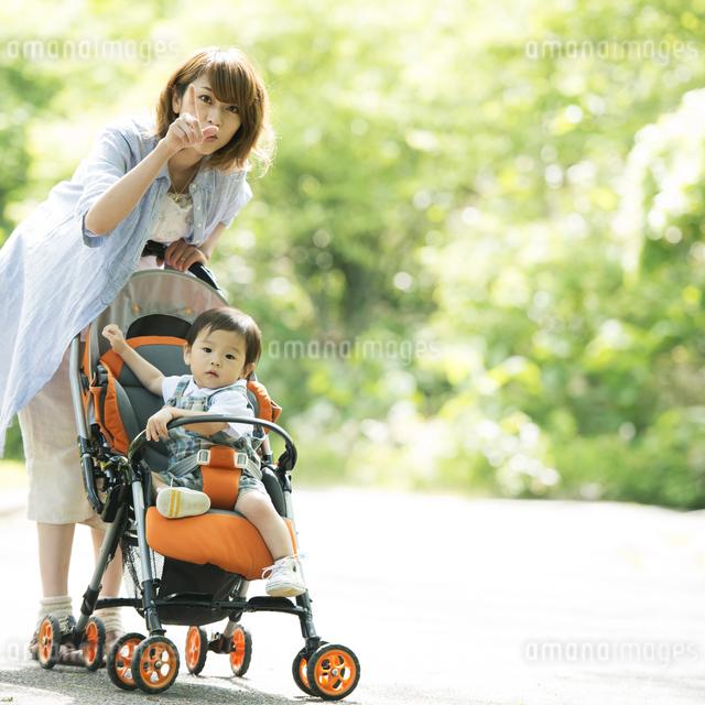 赤ちゃんの乗るベビーカーを押す母親の写真素材 [FYI04552985]