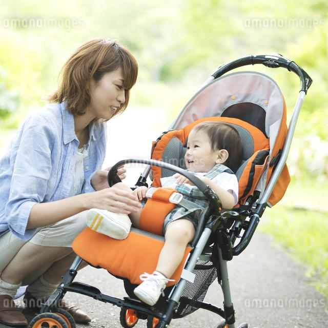 ベビーカーに乗る赤ちゃんをあやす母親の写真素材 [FYI04552986]
