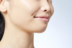 素肌が綺麗な若い日本人女性の写真素材 [FYI04552989]