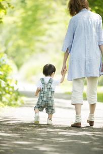 手をつなぎ散歩をする親子の後姿の写真素材 [FYI04552996]