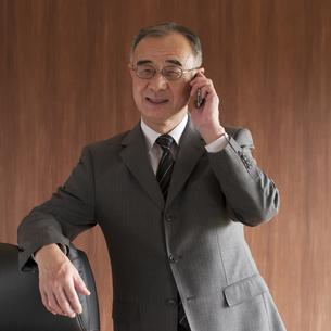 スマートフォンで電話をするビジネスマンの写真素材 [FYI04553021]
