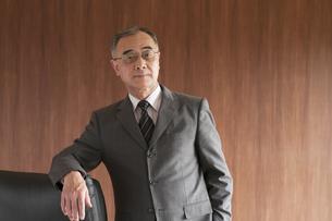 真剣な表情をするビジネスマンの写真素材 [FYI04553027]