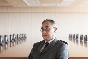 会議室で真剣な表情をするビジネスマンの写真素材 [FYI04553053]