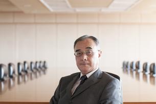 会議室で真剣な表情をするビジネスマンの写真素材 [FYI04553054]