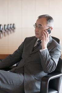 スマートフォンで電話をするビジネスマンの写真素材 [FYI04553061]