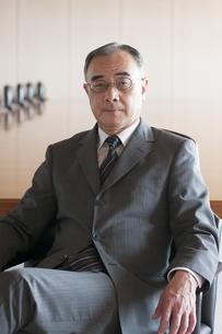 会議室で真剣な表情をするビジネスマンの写真素材 [FYI04553067]