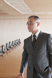 会議室で真剣な表情をするビジネスマンの写真素材 [FYI04553068]