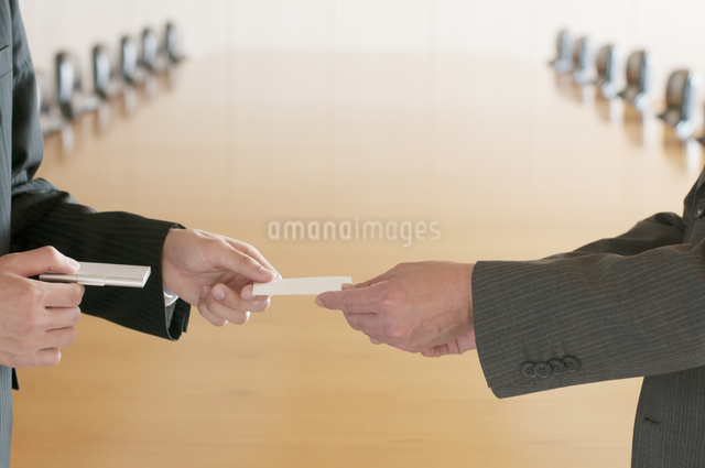 名刺交換をするビジネスマンの手元の写真素材 [FYI04553077]